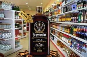 הדמיה של בקבוק יגר ספייס ענקי עומד בתוך חנות לממכר אלכוהול