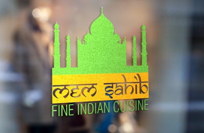 הדמיה ללוגו של מסעדת מם סביר בוושינגטון. טאג' מאהל ירוק עם פס כתום מתחתיו שכתוב באנגלית בפונט שנראה הודי