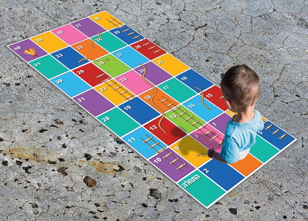 עיצוב גרפי של ילד משחק על שטיח פי.וי.סי