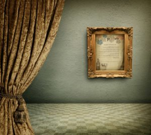 פרסום תפריט יינות לנתן צבי תלוי בתמונה קלאסית על קיר ירוק עם וילון זהב מקטיפה