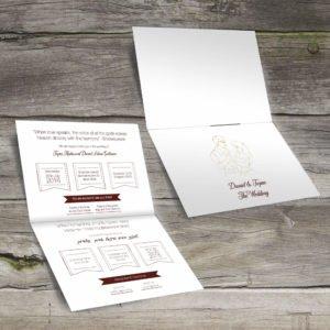 הזמנה לחתונה בעברית ואנגלית מונחת על משטח עץ