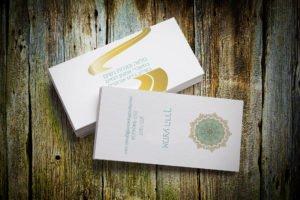 כרטיס ביקור בסגנון הוליסטי בצבעי טורקיז וזהב עם מנדלה בצד הקדמי ושביל זהב בצד האחורי