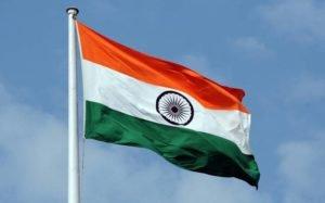 דגל הודו על רקע שמיים כחולים
