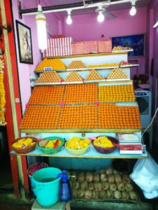 תמונה של עוגות הודיות בתוך מקדש באינדור