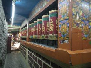 ספר תפילות טיבטי צבעוני מסתובב תלוי על הקיר