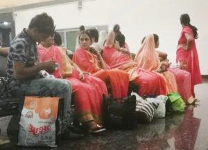 נשים בהודו לבושות באותם הגוונים הורודים כתומים
