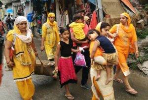 נשים בהודו לבושות באותם הגוונים הצהובים