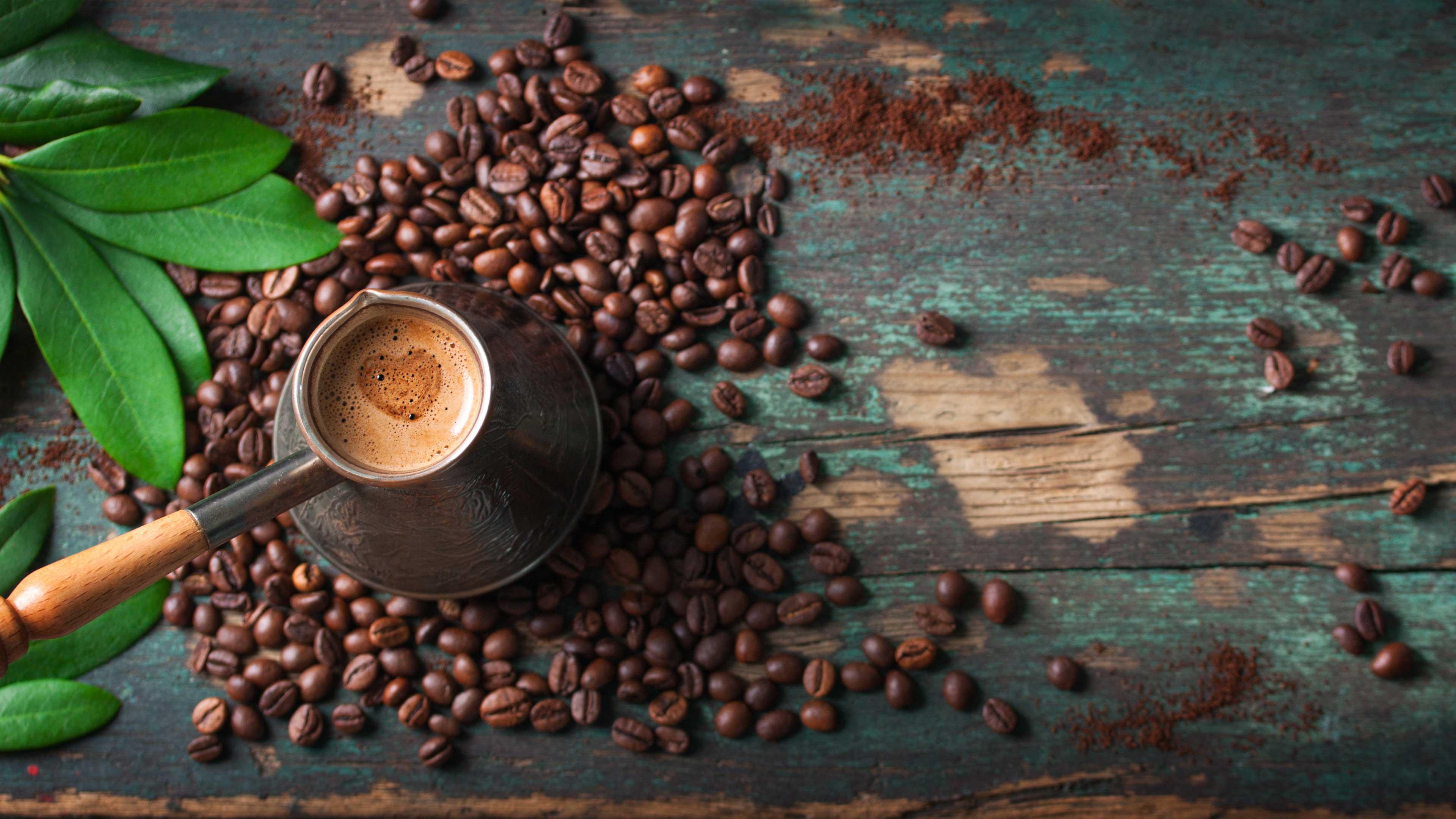 קפה טורקי על רקע עץ