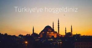 תמונה של המסגד הכחלול באיסטנבול על רקע השקיעה עם כיתוב בטורקית ברוכים הבאים לטורקיה