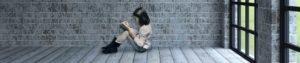 באנר לעמוד עיצוב ברושורים, עיצוב עלונים, עיצוב קטלוגים. ילדה קוראת ספר בלי אותיות על רקע בריקים וחלון ברקע.
