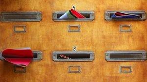 תיבות דואר ישנות מעץ עם ברושור, עלון, מנשר, דף מוצר, פרוספקט, פלאייר